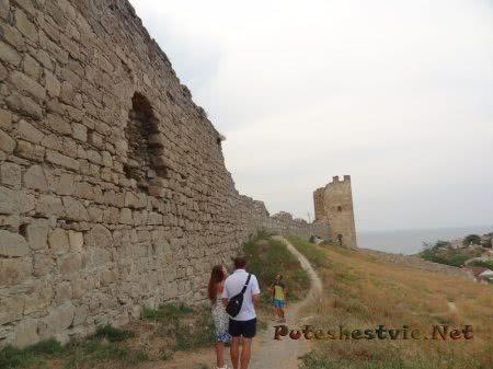 Тропинка вдоль средневековых стен крепости Феодосии
