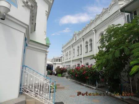 Ухоженный дворик Церкви Святой Екатерины