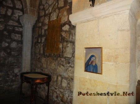 Скромный интерьер армянской церкви