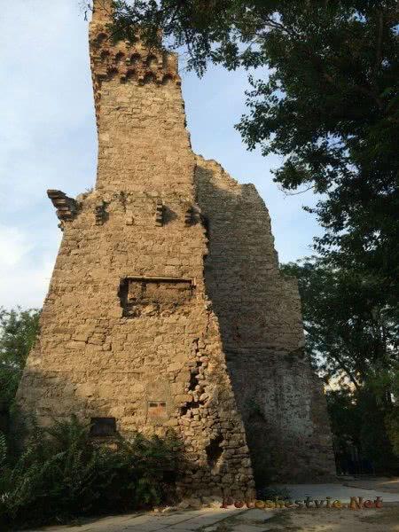 Остатки Башни Константина в Феодосии
