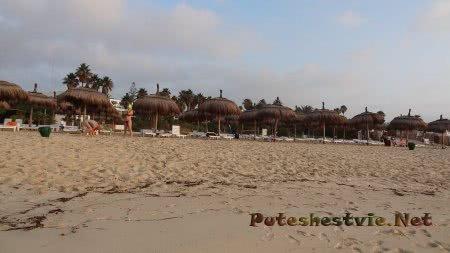 Соломенные зонтики и лежаки отеля Эль Муради Бич
