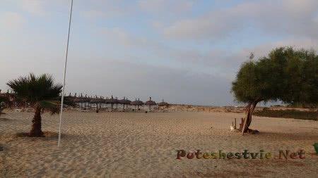 Частный песчаный пляж отеля Эль Муради Бич Хаммамета в Тунисе