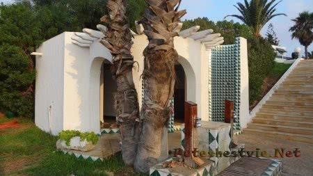 Душ туалет и лейки для ног на пляже отеля