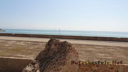 Камень руин римских терм и вид на море