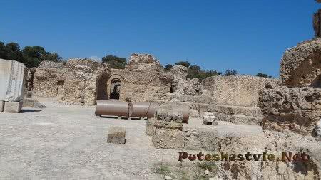Разрушенные стены римских бань в городе Карфаген