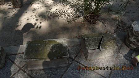 Старинные детские гробики вдоль дорожки к термам