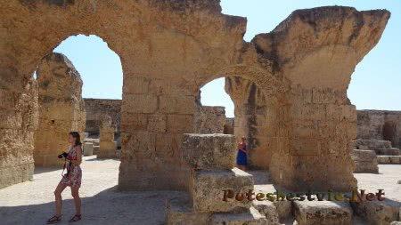 Туристы среди развалин римских терм Карфагена
