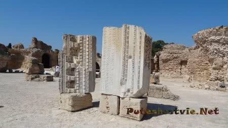 Остатки надписи на портике над римскими банями