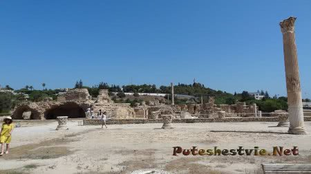 Туристы гуляющие по территории бывших римских терм Карфагена