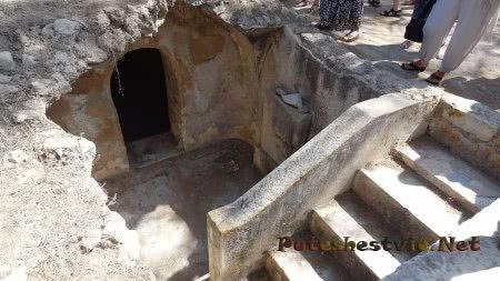 Вход в склеп в Археологическом парке рядом с термами