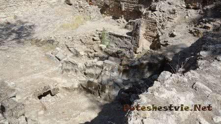 Раскопки на старинном кладбище в Археологическом парке Туниса