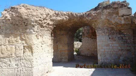 Частично устоявшие помещения римских терм Карфагена