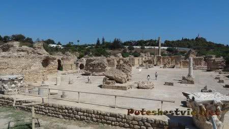 Вид со стороны на территорию руин римских терм