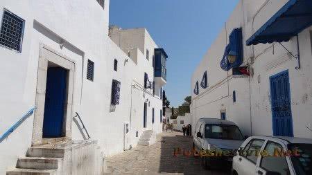 Бело-синий цвет в оформлении улиц