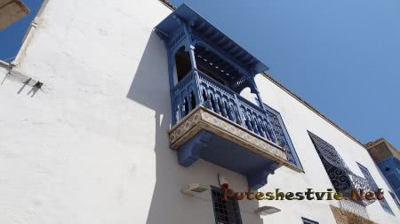 Красивые балкончики города Сиди-бу-Саид в Тунисе