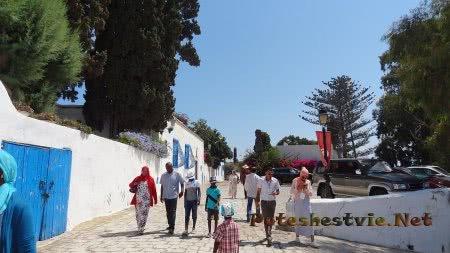 Туристы из Ливана гуляют по Сиди-бу-Саида