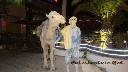 Статуя рядом с торговым центром северной части Хаммамета
