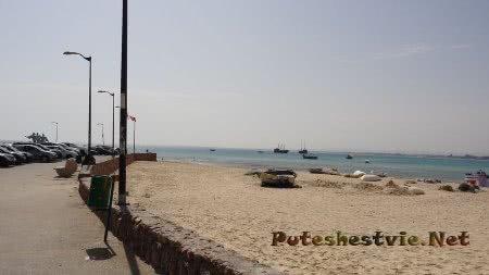 Корабли рядом с берегом в Хаммамете