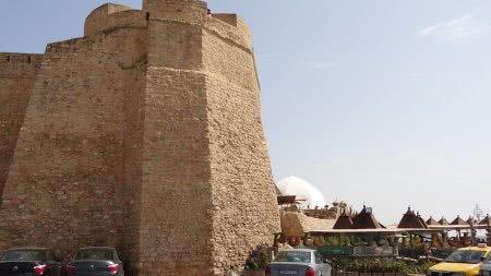 Мощная крепостная стена крепости испанцев в Хаммамете