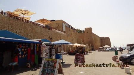 Крепостные стены и рынок под ними в Хаммамете