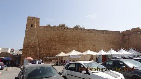 Стены крепости в городе Хаммамет