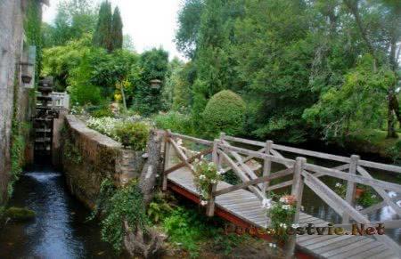 мостик в отеле Le Moulin Du Roc 4