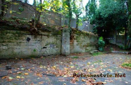 Руины крепостной стены Лазаревского форта