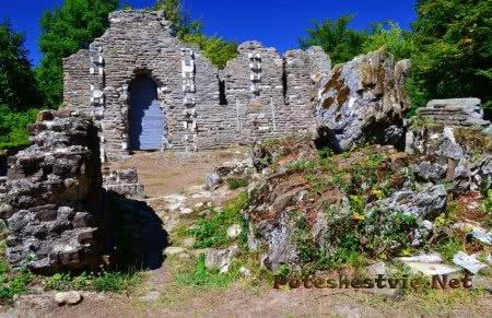 Руины средневекового храма Лоо