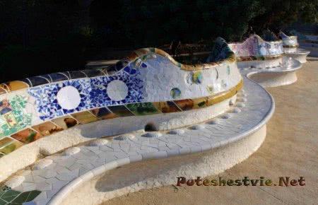 Мозаичная скамья Парка Гауди