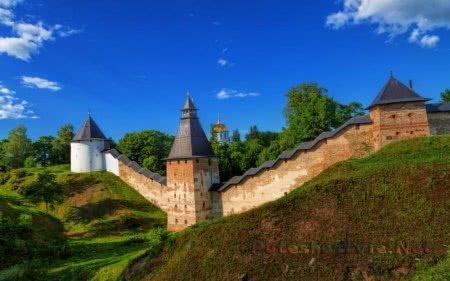 Крепостные стены, башни Псково-Печерской обители